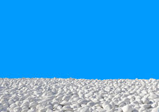 Weiße Steine auf einem blauen Hintergrund Lizenzfreies Stockbild