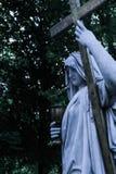 Weiße Steinstatue des Katholizismus die Religion des Christentums Stockbild
