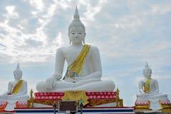 Weiße Steinstatue von einem Buddha Stockfoto