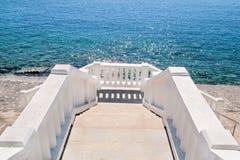 Weiße Steintreppe, die zu das Meer führt Lizenzfreie Stockbilder