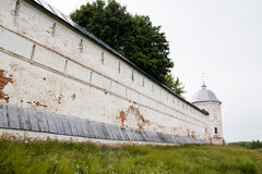 Weiße Steinwand des russischen Klosters Lizenzfreie Stockbilder