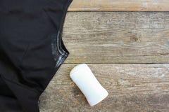 Weiße Stelle auf der Kleiderachselhöhle und -desodorierenden Mittel Lizenzfreies Stockbild