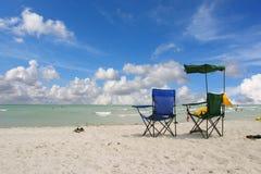 Weiße Strand-Stühle lizenzfreie stockfotos