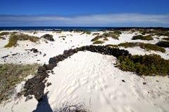 Weiße Strandspirale Spaniens von schwarzen Felsen Stockfotografie