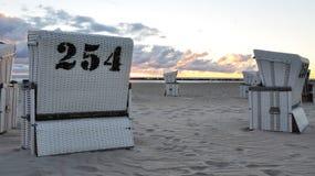 Weiße Strandstühle mit Sonnenaufgang Lizenzfreies Stockbild