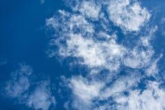 Weiße stratos Wolken auf blauem Himmel Stockbilder
