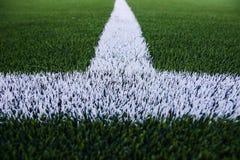 Weiße Streifen auf Fußballplatz Stockfotos