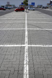 Weiße Streifen auf Parkplatz Lizenzfreie Stockbilder
