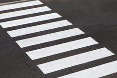 Weiße Streifen eines Zebrastreifens Stockfotografie