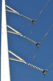 Weiße Stromleitungen mit blauem Himmel in Arizona Lizenzfreie Stockfotos