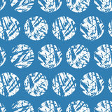 Weiße strukturierte Kreise auf blauem Hintergrund Vector nahtloses Muster Handdrawn Schmutzwinterschneebälle Stockbilder