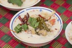 Weiße Suppe gemischt mit Huhn und Pilz Stockbild
