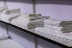 Weiße Tücher auf Regal Lizenzfreies Stockfoto