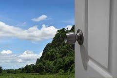 Weiße Tür offen zur Natur und zum leeren Raum für Text oder Vordergrund mit Beschneidungspfad und dem Ändern des Hintergrundes Stockbilder
