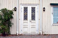 Weiße Tür verziert mit Verzierungen Stockfoto