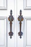 Weiße Türen und Griffe eines Eingangs zu einer neuen Kirche Lizenzfreie Stockfotos