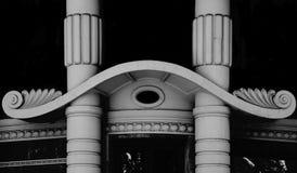 Weiße Türme auf dem Haupteingang lizenzfreies stockbild
