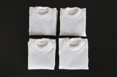 Weiße T-Shirts gefaltet getrennt Stockfoto