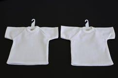 Weiße T-Shirts mit dem Kleiderbügel getrennt Lizenzfreies Stockbild
