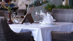 Wei?e Tabelle im Restaurant mit einem stehenden Vase Blumen stockfotografie