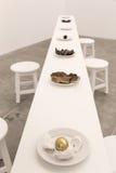 Weiße Tabelle mit Tellern Lizenzfreies Stockfoto