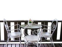 Weiße Tabelle und Stühle im Garten Stockbilder