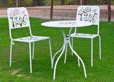 Weiße Tabelle und Stühle im Rasen Stockbild