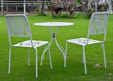 Weiße Tabelle und Stühle im Rasen Stockbilder