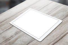 Weiße Tablette auf Holztisch mit weißem Schirm für Modell Lizenzfreies Stockfoto