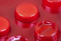Weiße Tabletten in der roten Blisterpackung Lizenzfreie Stockfotos
