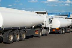 Weiße Tankwagen auf der Straße, freier Raum auf der Zisternenseite, Öltransportkonzept lizenzfreie stockbilder