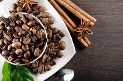 Weiße Tasse Kaffeebohnen Stockbild