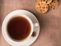 Weiße Tasse Tee auf dem Behälter mit Plätzchen Lizenzfreies Stockfoto