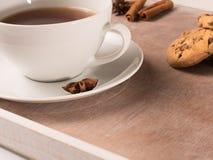 Weiße Tasse Tee auf dem Behälter mit Plätzchen und Zichorie Stockbild