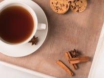 Weiße Tasse Tee auf dem Behälter mit Plätzchen und Zichorie Stockbilder
