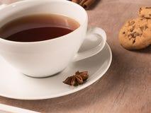 Weiße Tasse Tee auf dem Behälter mit Plätzchen und Zichorie Stockfoto