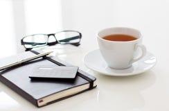 Weiße Tasse Tee auf Tabelle Stockbilder