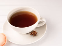Weiße Tasse Tee mit macarons Stockfoto