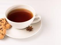 Weiße Tasse Tee mit Plätzchen Stockbilder