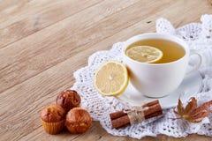 Weiße Tasse Tee mit Plätzchen auf einer weißen Tasse Tee des hölzernen Hintergrundes mit Plätzchen auf einem hölzernen Hintergrun Lizenzfreie Stockfotografie