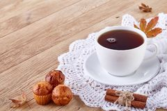 Weiße Tasse Tee mit Plätzchen auf einer weißen Tasse Tee des hölzernen Hintergrundes mit Plätzchen auf einem hölzernen Hintergrun Stockbild