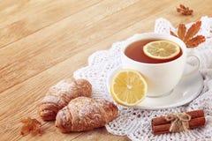 Weiße Tasse Tee mit Plätzchen auf einer weißen Tasse Tee des hölzernen Hintergrundes mit Plätzchen auf einem hölzernen Hintergrun Lizenzfreies Stockfoto