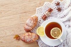 Weiße Tasse Tee mit Plätzchen auf einer weißen Tasse Tee des hölzernen Hintergrundes mit Plätzchen auf einem hölzernen Hintergrun Lizenzfreie Stockfotos