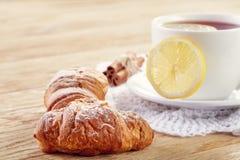 Weiße Tasse Tee mit Plätzchen auf einer weißen Tasse Tee des hölzernen Hintergrundes mit Plätzchen auf einem hölzernen Hintergrun Stockfoto