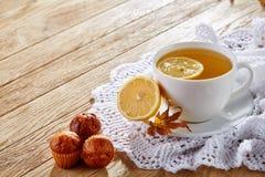 Weiße Tasse Tee mit Plätzchen auf einer weißen Tasse Tee des hölzernen Hintergrundes mit Plätzchen auf einem hölzernen Hintergrun Lizenzfreie Stockbilder