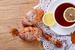 Weiße Tasse Tee mit Plätzchen auf einer weißen Tasse Tee des hölzernen Hintergrundes mit Plätzchen auf einem hölzernen Hintergrun Stockfotografie