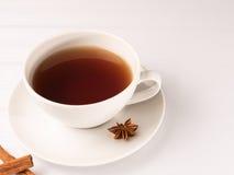 Weiße Tasse Tee mit Zichorie Lizenzfreie Stockfotos