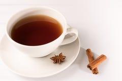 Weiße Tasse Tee mit Zichorie Stockbild