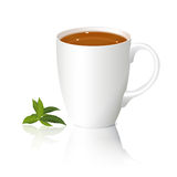 Weiße Tasse Tee und Blätter Stockfoto