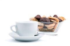 Weiße Tasse Tee und eine Auswahl von Bonbons Lizenzfreies Stockbild
